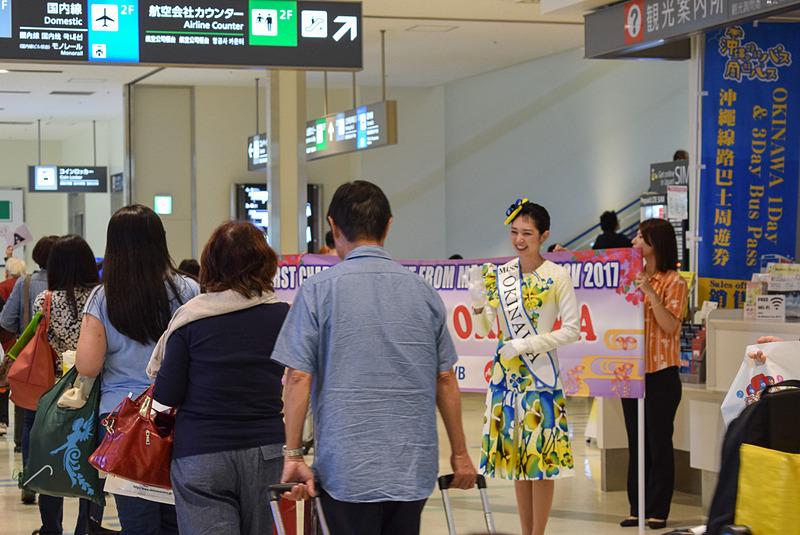那覇空港に降り立つツアー参加者。年配の夫婦や親子連れが目立った