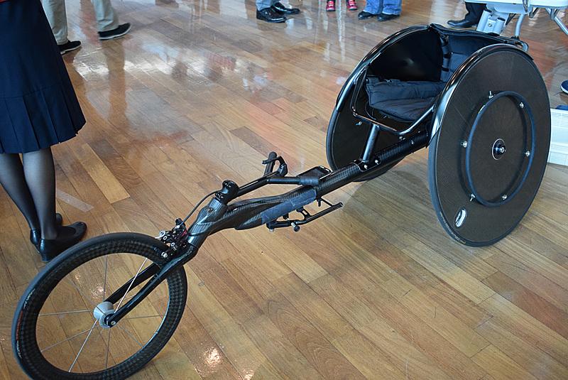競技で使用する車いすも展示してくれた
