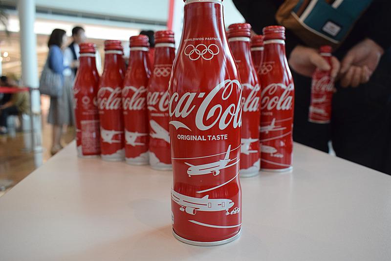 JAL限定デザインのコカ・コーラ缶