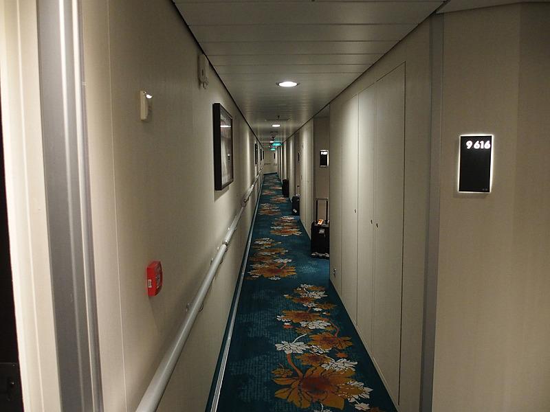 第9デッキの船室通路。乗船手続きで預けたスーツケールがドア前に届いている