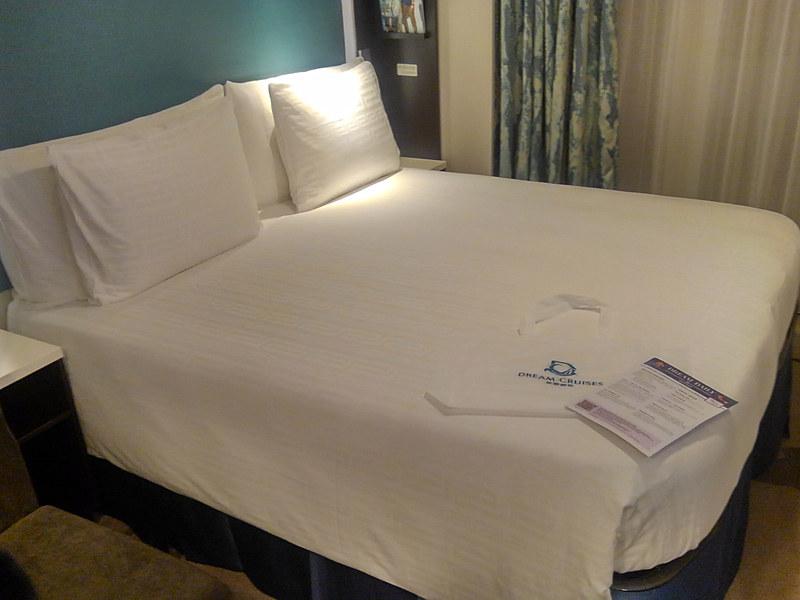ベッドには船内新聞「Dream Daily」が置いてあった