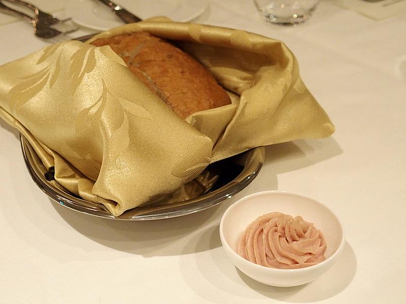 パンについてきたバターにはソーセージが練りこんであった