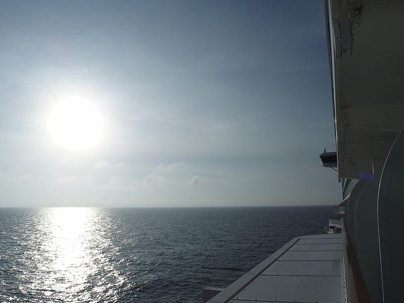 出港して約10時間で周囲に見えるのは水平線のみ