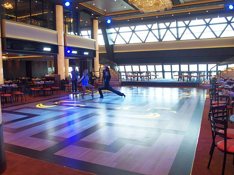 Dream Dining Room Lowerは中央のダンスエリアを囲むように座席を配置していた