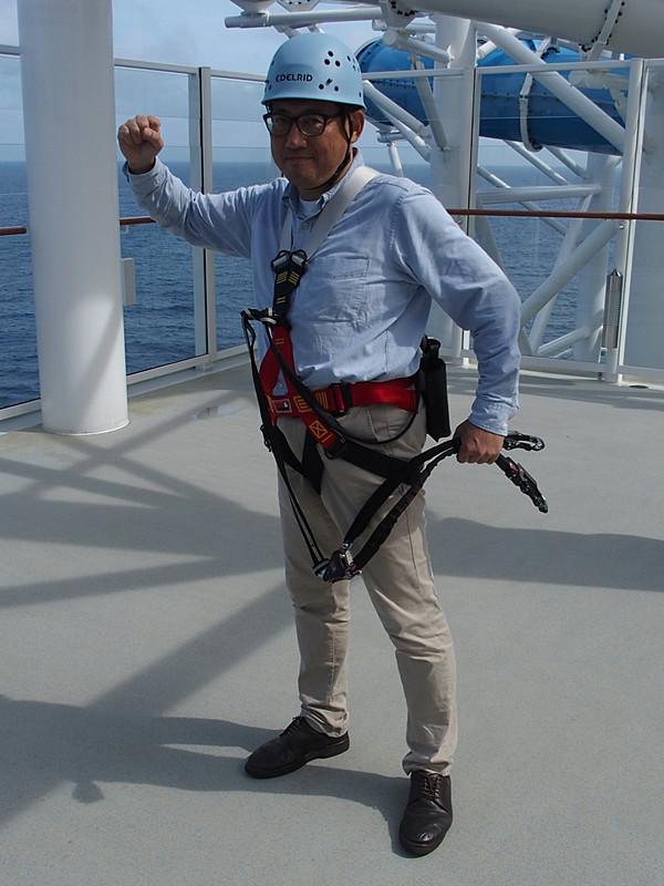 ヘルメットとハーネスを装着してロープコースの準備完了。船の作業員にしか見えない