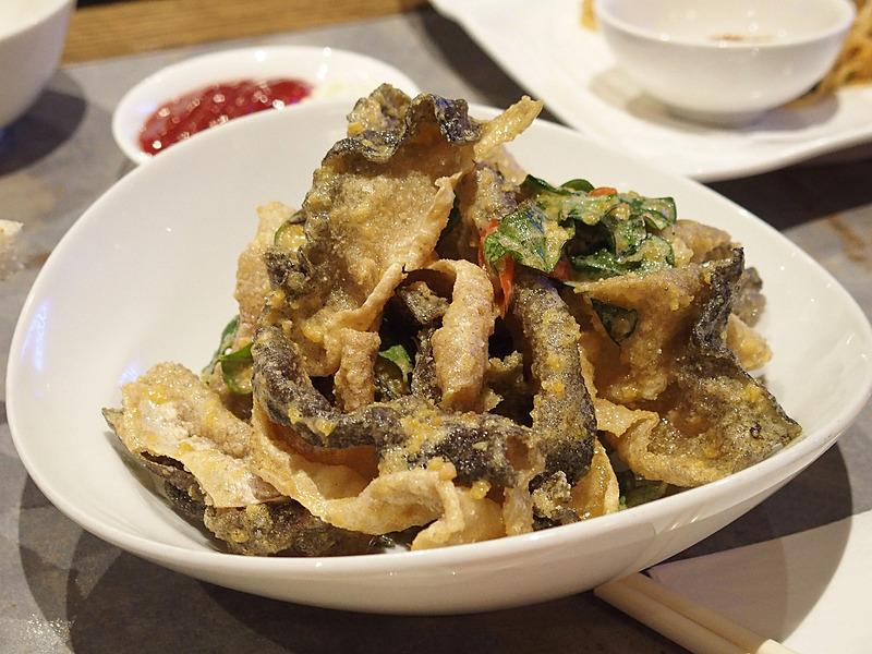 魚の皮に卵を絡めて揚げたシンガポールでポピュラーなスナック