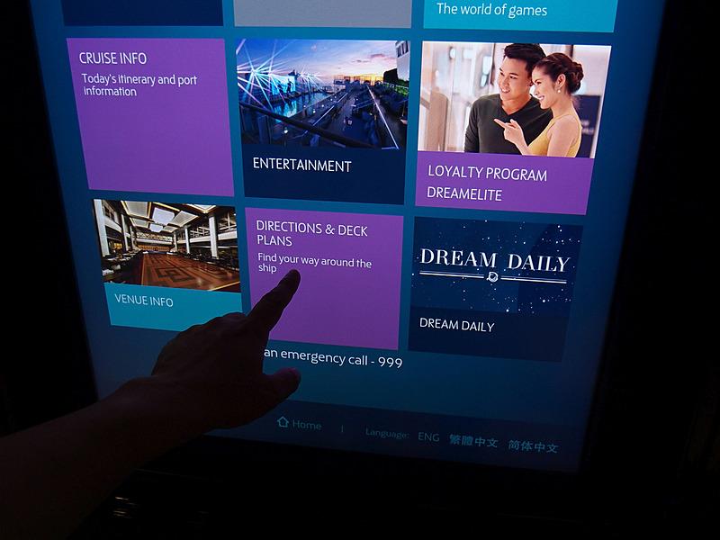 船内にあるデジタルサイネージの一部はタッチ操作でDream Cruisesアプリと同等の情報を参照できる