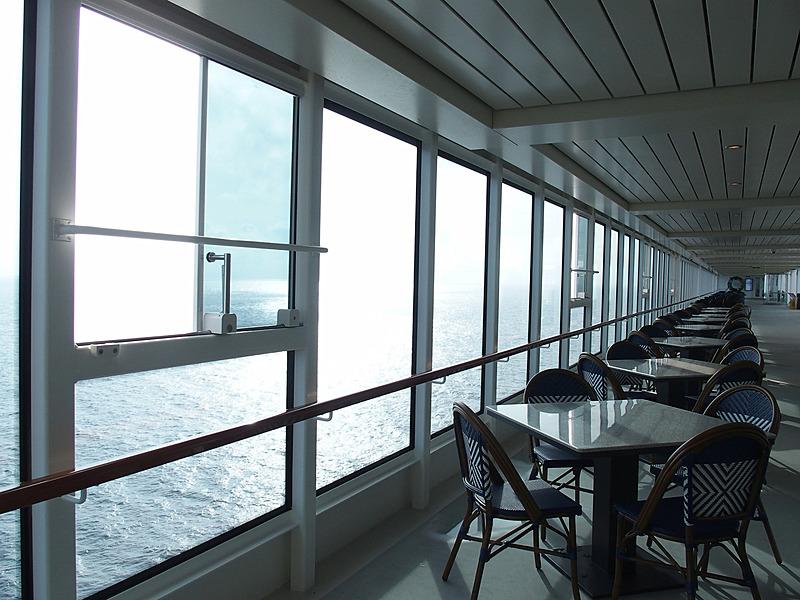 メインプールからThe Lidoに向かうデッキは昼間はにぎわうが朝は静かだ