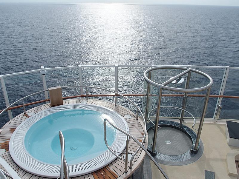 第17デッキ最後部のZurk Beach Club両舷にあるジャグジーから海を眺める
