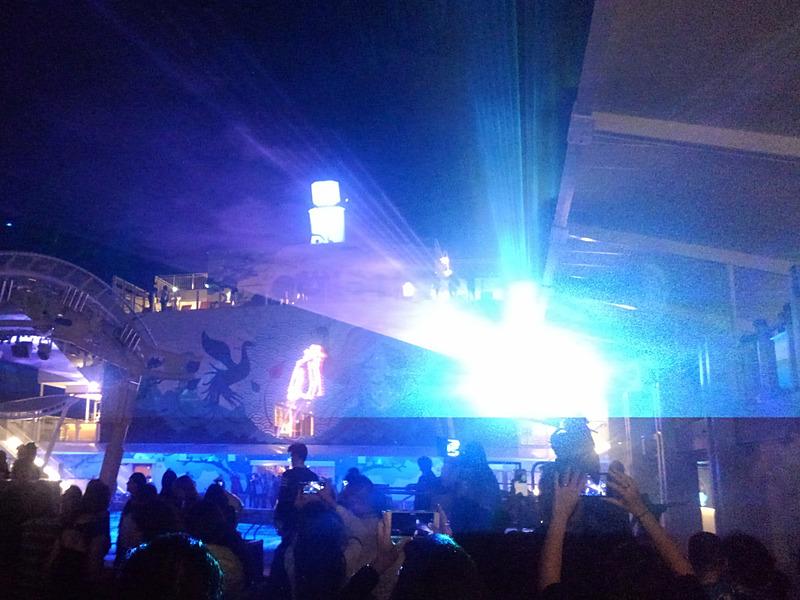 メインプールではマイケルジャクソンをモチーフにしたレーザーショー