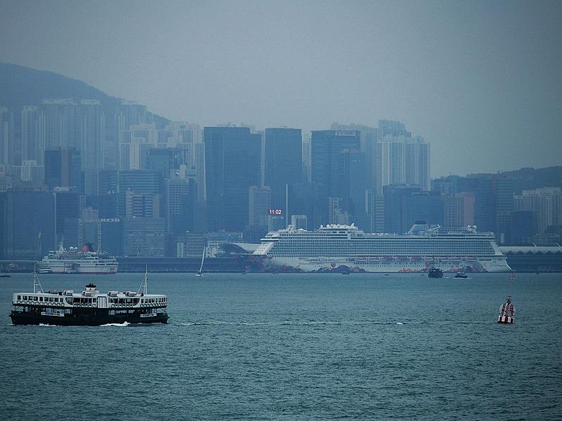 香港といえばこの船! といえるスターフェリーなど、独特のスタイルをした小型船舶が行き交う港に憩うワールド ドリーム。これから香港の新しいランドマークとしても市民に親しまれていくことになる