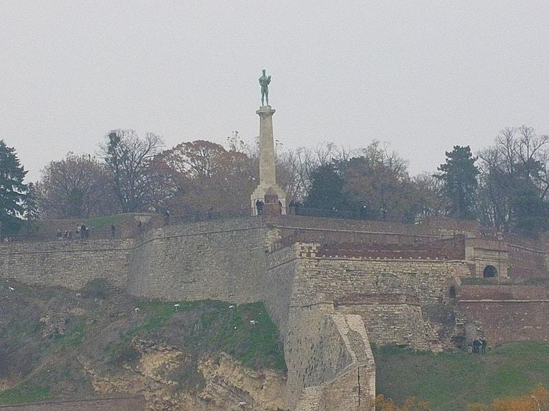 勝利者の像を要塞の反対側から見るとこうなります