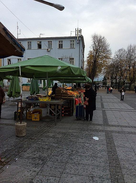 川岸からまたバス停に向かって歩いていると市場が店じまい中でした
