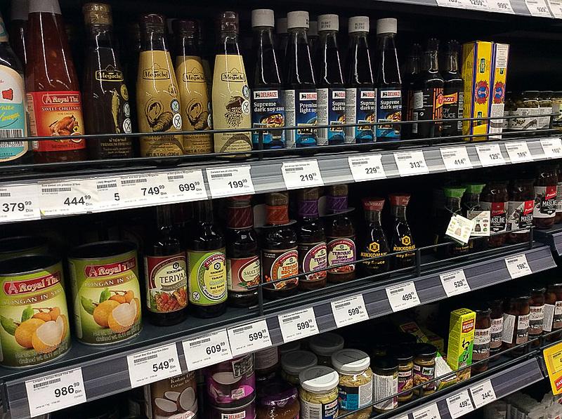 スーパーにはアジアの食材も少し置いてあります