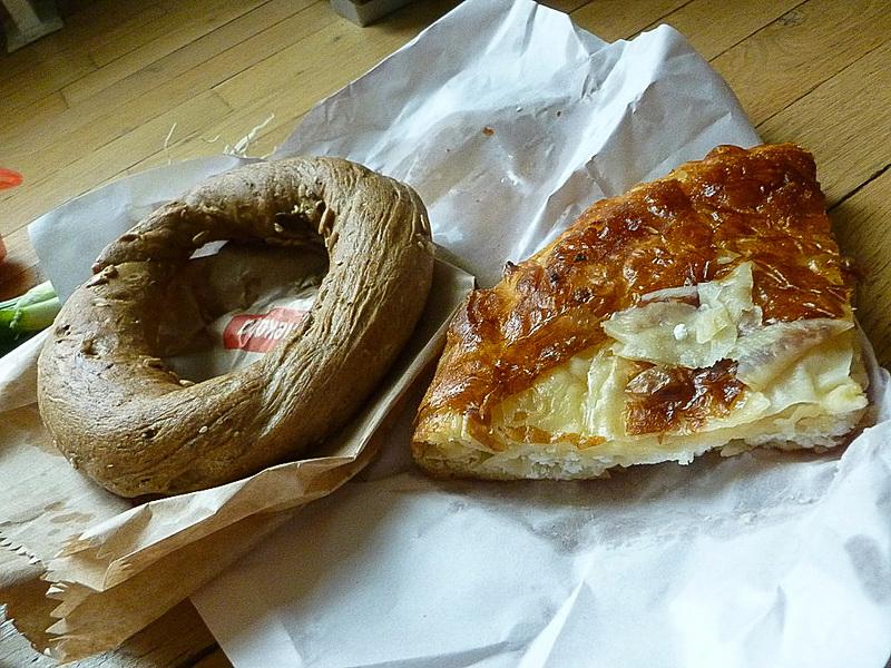 市場で買ったパン。左は甘みのないドーナツみたいでした。右はBrek(ブレク)というカッテージチーズらしきものが入ったキッシュみたいな感じ。どちらも油がすごいです。ブレクにはひき肉入りのものなどもあるのですが、セルビア人が歩きながらこのブレクを食べている姿をよく見かけました