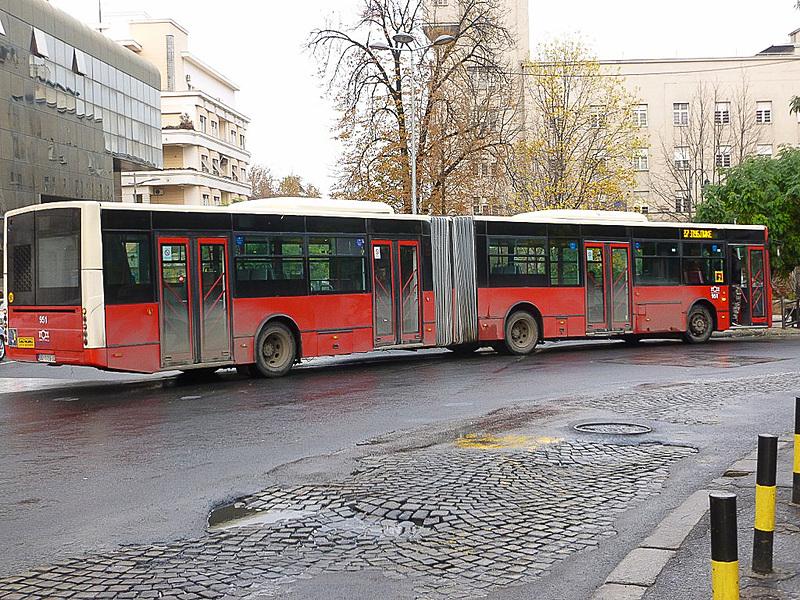写真左からバス、トロリーバス、トラム