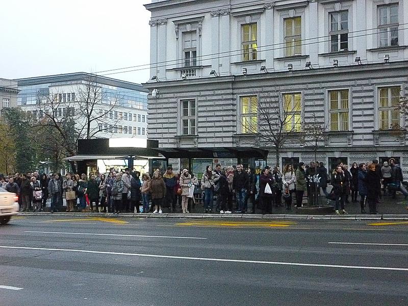バス停でバスを待つ多くの人びと