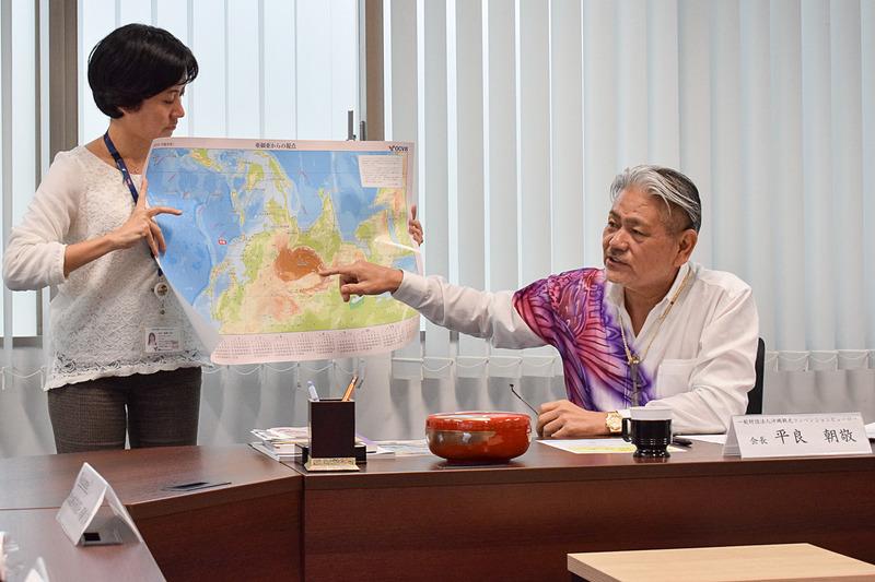 カレンダーの地図を説明する平良会長
