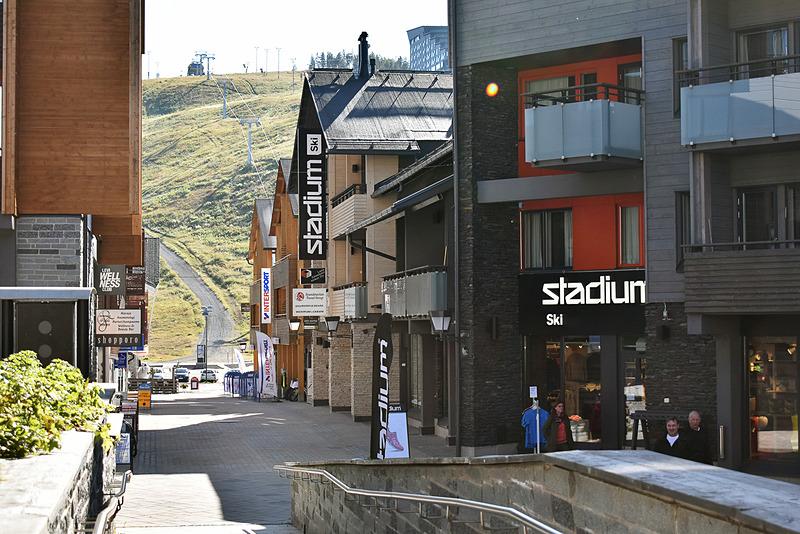 ホテル周辺はアウトドア・スポーツ用品店がずらり。すぐ向こうがスキー場