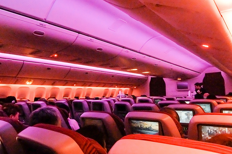 エコノミークラスの機内。ボーイング 777-200LR型機で、3-3-3の9アブレスト仕様