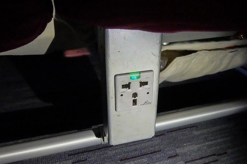 3席につき2個のユニバーサルACコンセント。電圧は110V