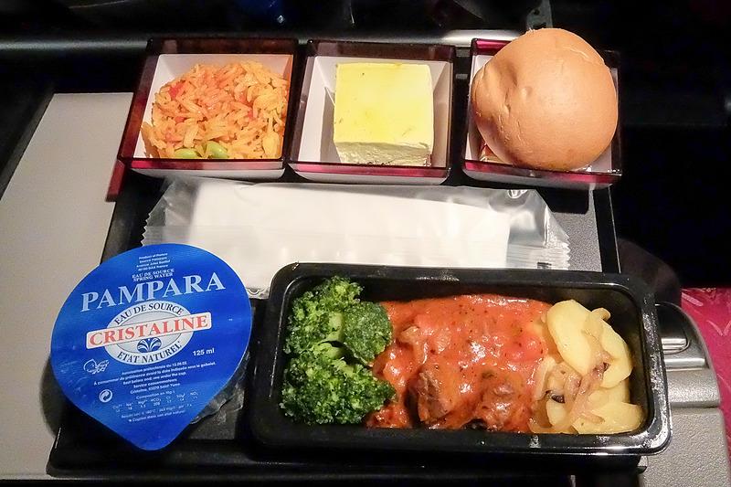 機内食は全体にしっかりした味付けの印象。和食と洋食でデザートも変化を付けている