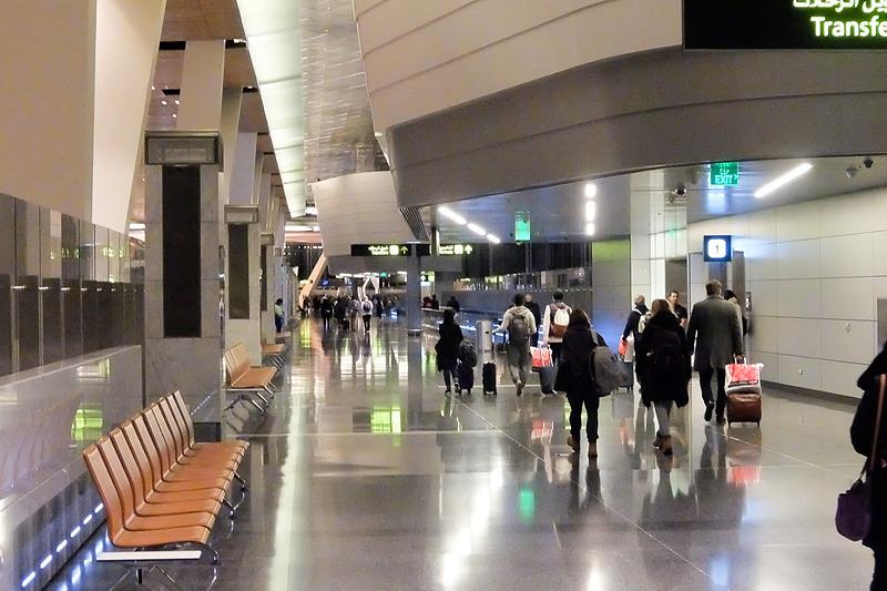 CIQやショップなどの空港施設はすべて中央のビルに集約されており、乗り継ぎの場合もいったんそちらへ。乗り継ぎのためのセキュリティチェックを通過したら、中央の広場のようなところを経由して、A、B、C~Eの3方向に分かれた先へと進む