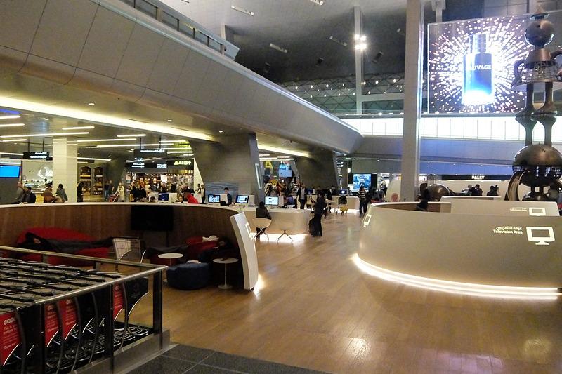 空港内の至るところに休憩コーナーがあり、コンセントも豊富。電圧は240V