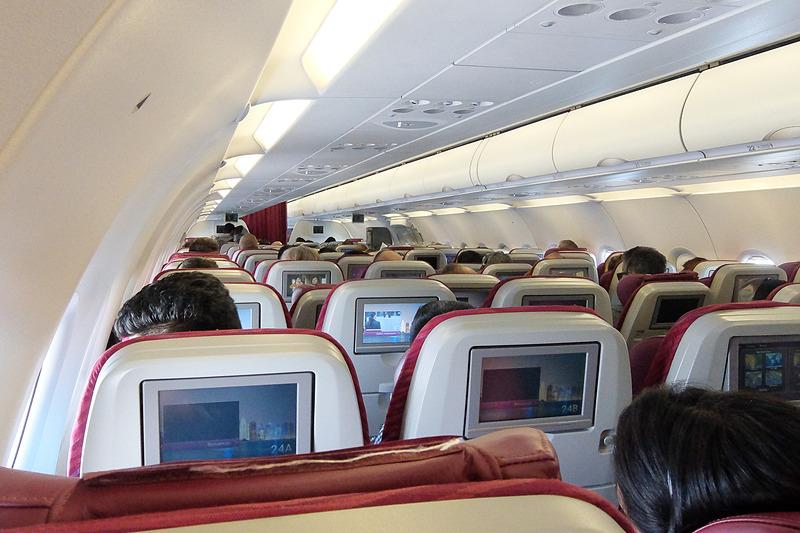 カタール航空のエアバス A321型機。3-3の6アブレスト
