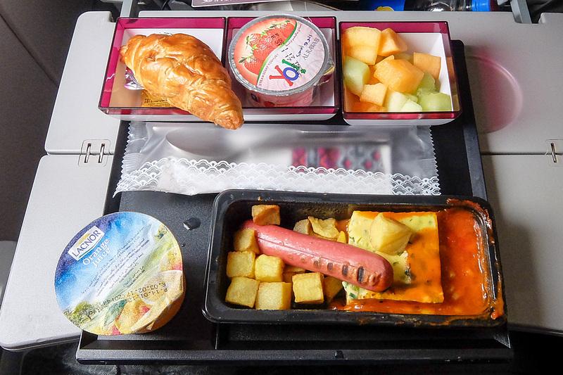 機内食も出る。日本からのフライトで着陸前に食事が出ているので、2度目の朝食といった感じになる