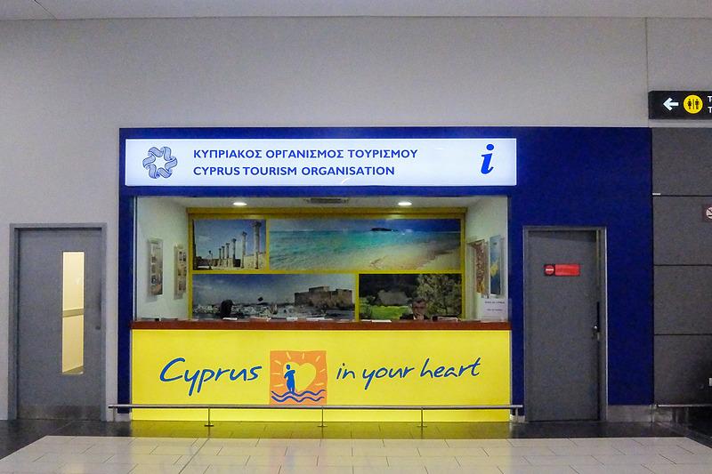 手荷物受取所にキプロス政府観光局のカウンター。観光に便利なパンフレットなどを入手できる