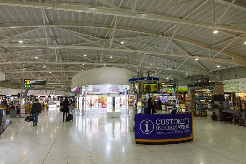 セキュリティチェックと出国審査を通過。コンパクトな空港だが免税店やレストラン、カフェなどは多数揃っている