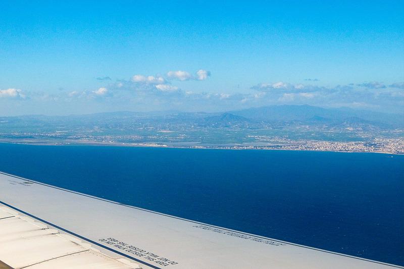 ドーハからのフライト。着陸が近づきキプロス島が見えてきた。次回からキプロス観光の模様をレポートしていく