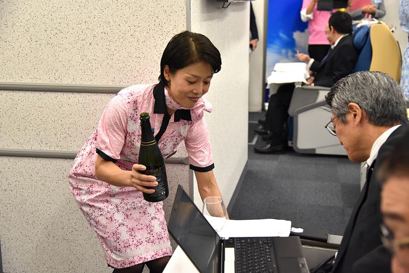 小室玲子氏はPC作業をジャマしないようにしながらも確実に利用者に声が届くよう話しかけていた