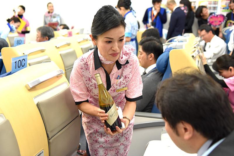 ワインについての質問に真剣に答えつつ、乗客に美味しく飲むためのアドバイスもしていた
