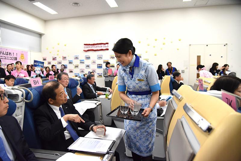 井上衿菜氏は、「香るかぼす」が気に入ったという乗客にリラックス効果なども話していた
