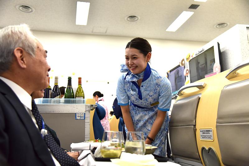八尾はるみ氏は銀婚式のお祝いに旅を楽しむカップルとの会話を楽しんでいた