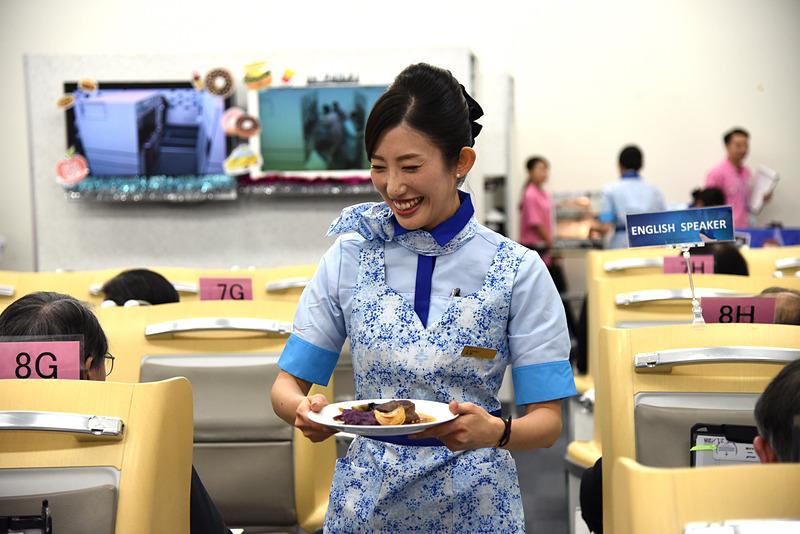 浅野杏奈氏はメインの配膳を行なう際も笑顔。通路を含め常に笑顔で話しかけやすい雰囲気が漂う