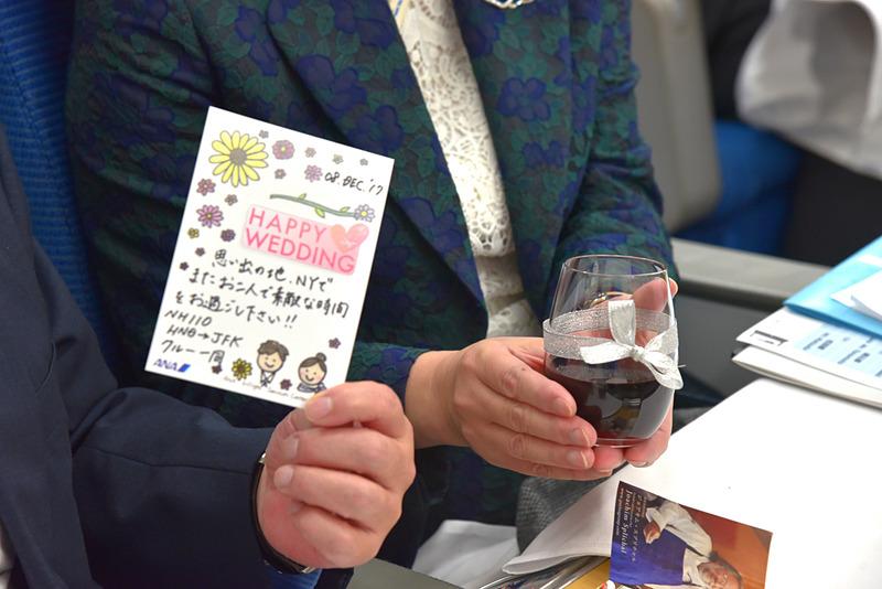 お祝いメッセージがたっぷりの手作りカードとシルバーのリボンでデコレーションしたグラスに特製のワインも