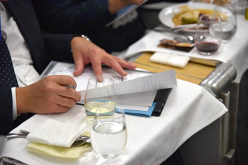 会話や提供のスムーズさ、食事の状態など総合的に評価