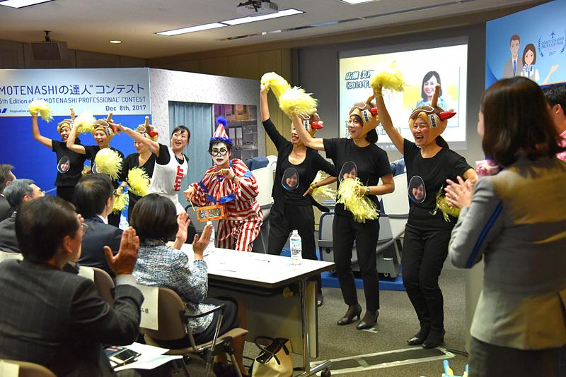 くいだおれ人形とともに、応援団が駆け会場は一気に大阪