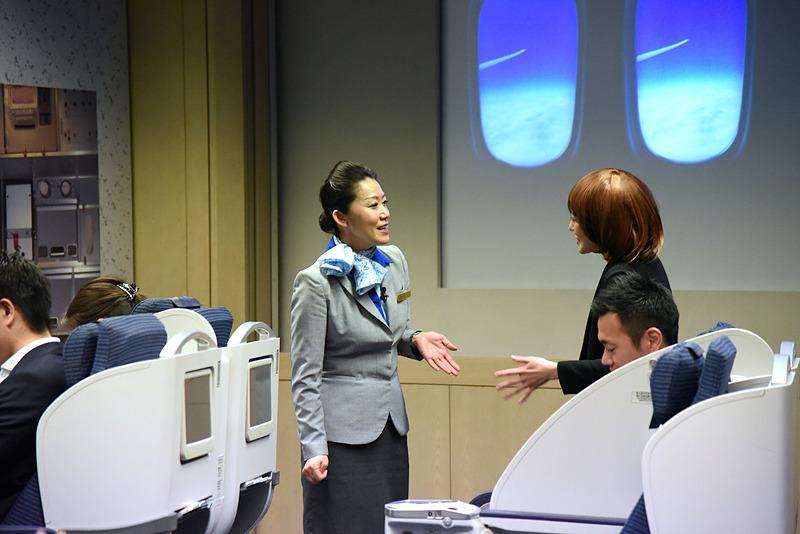ストレッチ中の乗客と会話で盛り上がりつつ、広いスペースなどもご案内