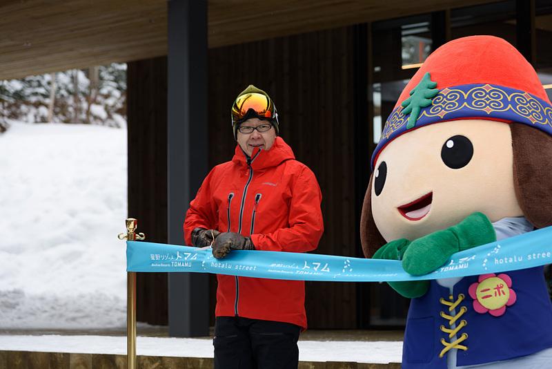 星野リゾート トマムは日本初のスキーインスキーアウトヴィレッジ「ホタルストリート」をグランドオープン。株式会社星野リゾート 代表 星野佳路氏も参加した