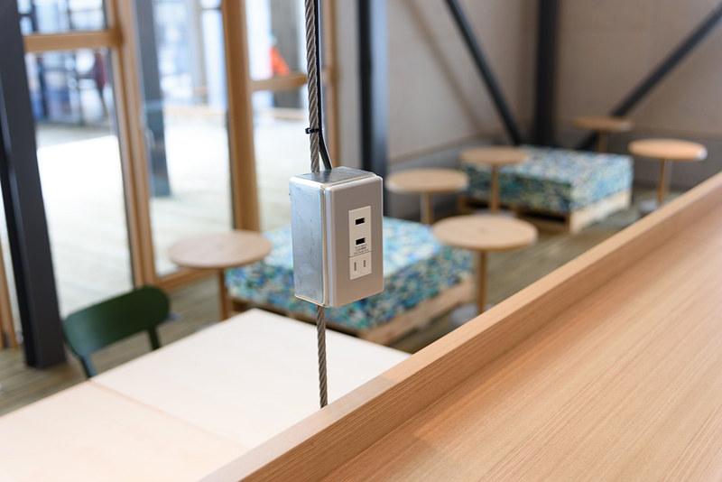 cafe&bar「つきの」には電源のある席も。ソリッドな感じながら、USB端子も装備する