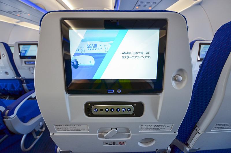 ANAは国内線主力機のボーイング 777/787型機のシートへ、シートモニター、USB充電ポート、PC用電源の装着を、2019年度下期以降順次展開していく