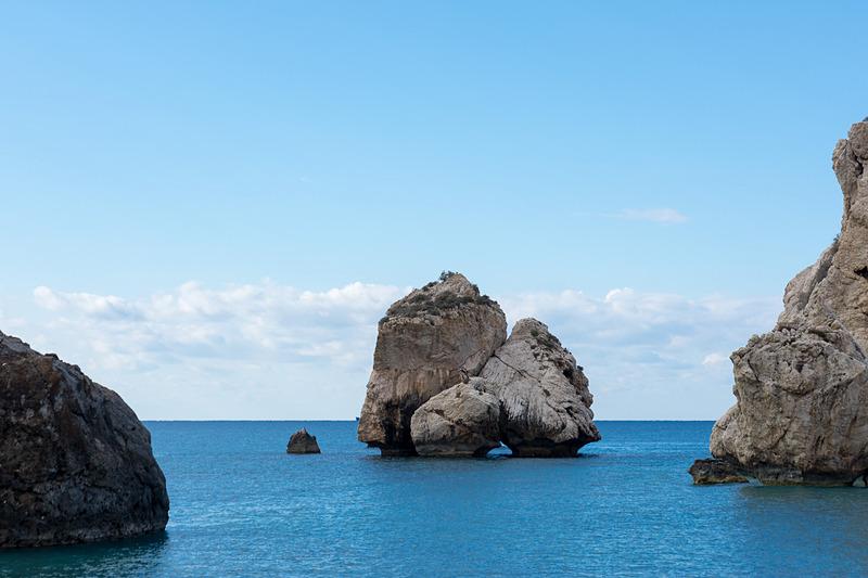アフロディーテ生誕の地「ペトラ・トゥ・ロミウ」。大きな岩は別の伝説を持ち、隣の岩がアフロディーテ生誕に関する岩