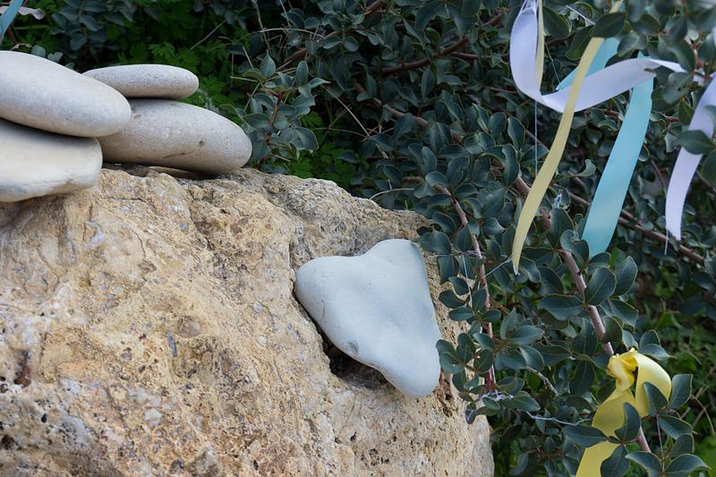 リボンを結んだ願掛けスポットも。このビーチでハート型の石を見つけると愛が叶うとか