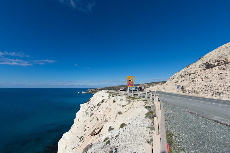 ペトラ・トゥ・ロミウの南側にクルマを駐められるビューイングスポットがある。パフォスへと至る海岸線の美しさとともに望める