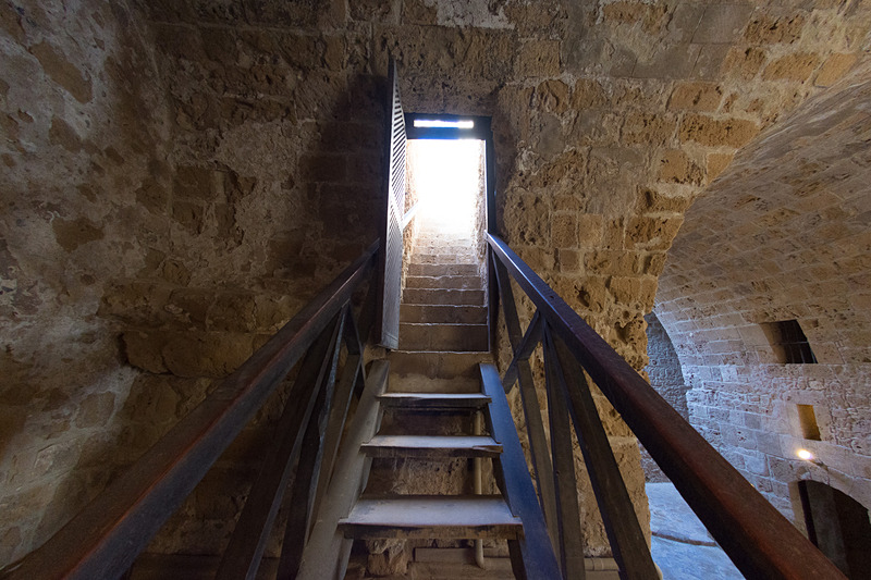 階段を使って上階へ行ける