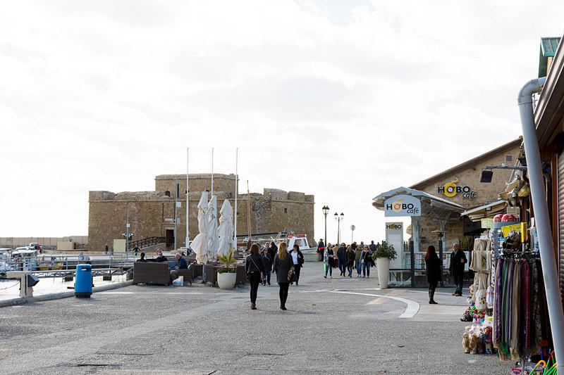 要塞跡へ向かうマリーナ沿いの道にはカフェやレストラン、お土産物屋が並ぶ